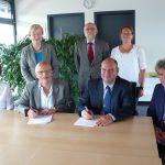 Am 12.7.2016: Unterzeichnung der Kooperationsvereinbarung ihre Zusammenarbeit zu besiegeln.