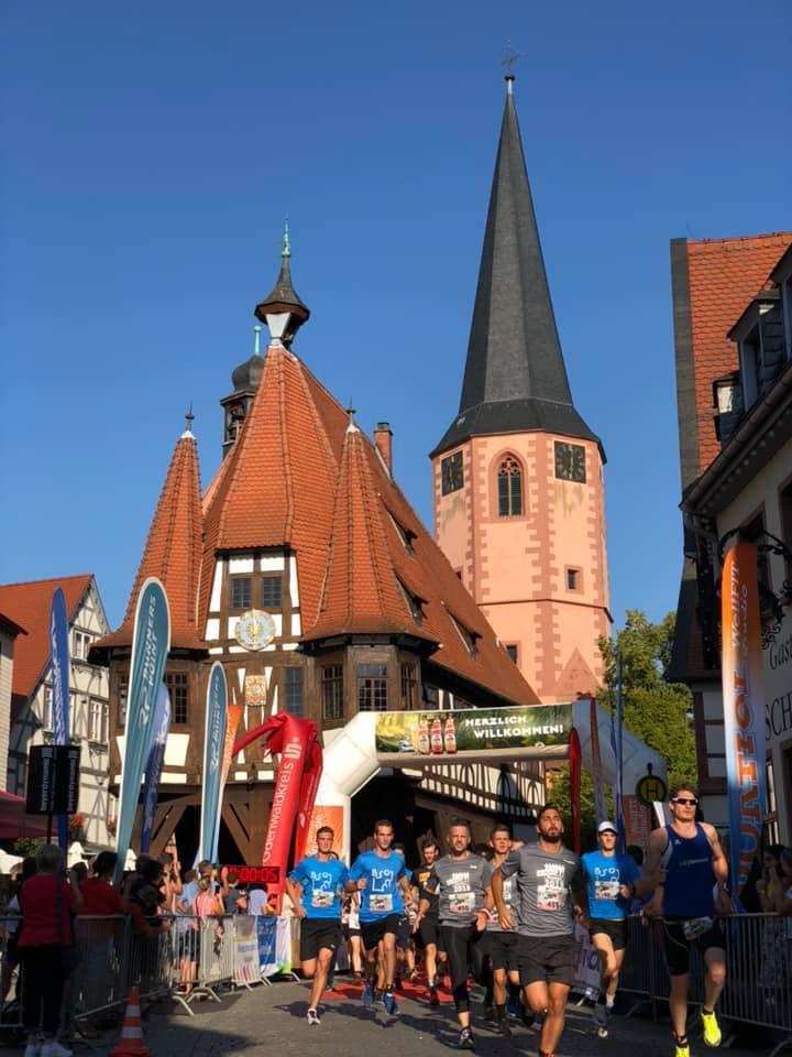 Der Start des Teams vor dem Rathaus in Michelstadt.